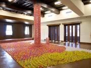 金沢アートグミで高本敦基さん展覧会 6万個の洗濯挟み使った大型アートなど