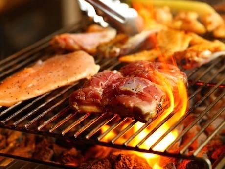 神田小川町に丹波地鶏料理店「とりのほまれ」 特注溶岩で焼き上げ提供