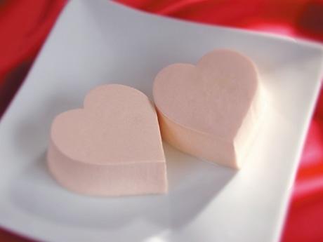 ピンク色でハート型の豆腐-京とうふ藤野、直営店で限定販売