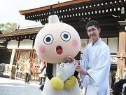 京都タワーのたわわちゃんが下鴨神社に初詣 願いこもったたわわちゃん絵馬を奉納