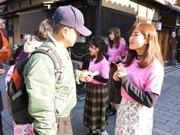 京都女子大の学生が祇園で訪日外国人向けマナー向上企画 文化の違いで苦戦も