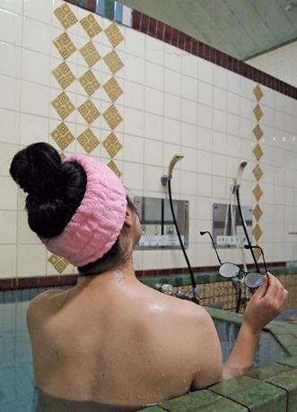 京都で「銭湯熟女」写真集 創業80年の銭湯で撮影