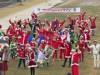 京都・鴨川の河原にサンタが大集合 生演奏に合わせ体操を披露