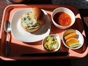葛飾区役所の庁内食堂で小中学校の給食提供 日替わり、一日50食限定で