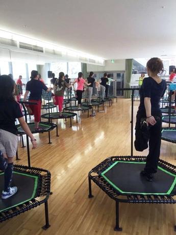 トランポリンでエクササイズ 神戸の「ユニバーサルジャンピング」発足1周年