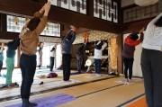 新高円寺の智光院「お寺で朝ヨガ」が10周年 静かな本堂で心身チューニング