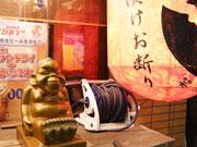 江東の串かつ店のビリケン像、「神」化? キャベツのお供えも