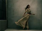 東雲で写真家アニー・リーボヴィッツさんの作品展 活躍する女性の肖像並ぶ