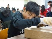 東雲小学校で「だし」教室 かつお節削り体験も