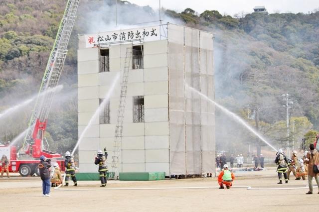 松山・城山公園で「消防出初式」 1900人が「災害に強いまちづくり」呼び掛け