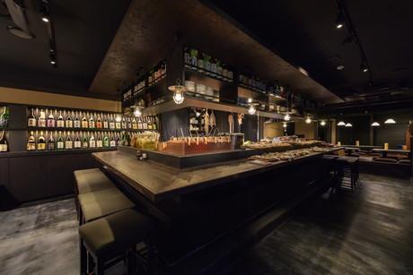 中目黒高架下に「炉端の佐藤」 日本酒150種類以上提供