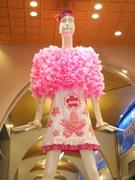 名駅前のナナちゃん人形、サクラ満開の衣装で受験生にエール 学生がデザイン
