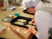 紫波町の「干支ぱん」製造最盛期 酉年は「とりぱん」と「ひよこぱん」