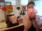 長崎の猫好き店主が手編みの「肉球コースター」作り