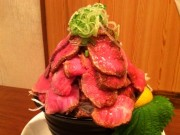 都立家政の「たこ焼き酒場」に山盛りローストビーフ丼 店主「実はカレーの副産物」