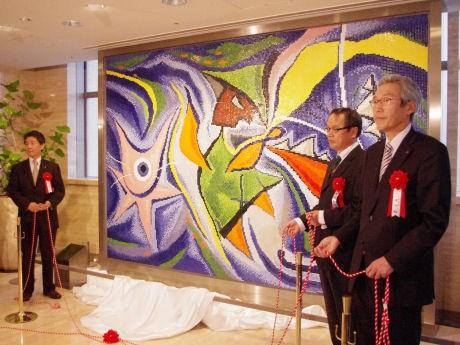 岡本太郎のタイル画「ダンス」40年ぶりに復活-高島屋で除幕式