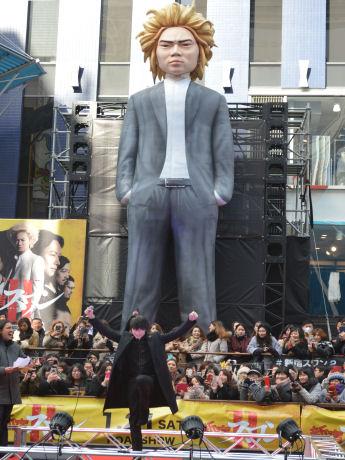 道頓堀に8メートルの「巨大龍彦像」 綾野剛さん登場にファン6000人熱狂