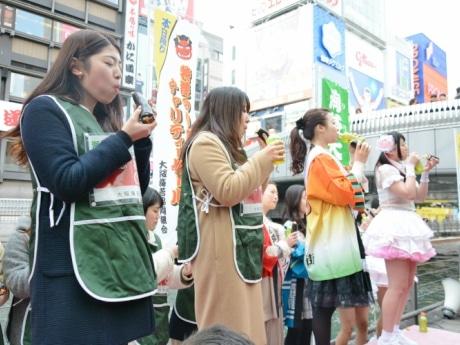 道頓堀で女子対抗「巻きずし」早食いコンテスト 優勝は関西大学チーム