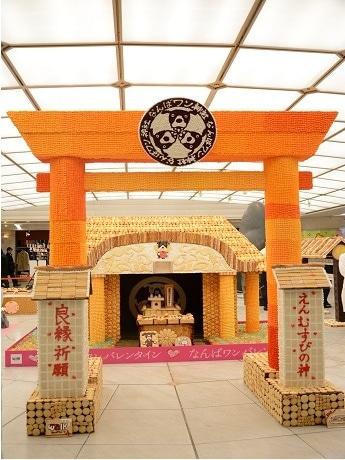 なんばウォークにお菓子の「縁結び神社」チョコ20キロ、クッキー3400枚使用