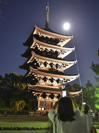 一回り大きい名月に照らされる興福寺・五重塔