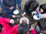 練馬・石神井台で七輪を囲む会 児童は初めての七輪に興味津々