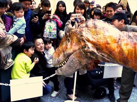 丸の内に福井県産恐竜フクイラプトル出現 子ども大泣き、大人も驚く完成度