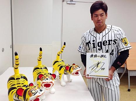 阪神梅野選手、甲子園で張り子の虎に目入れ 「叶」の文字で優勝祈願
