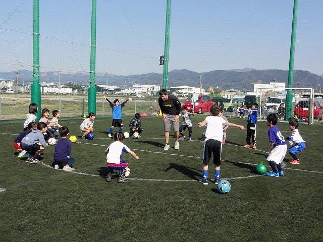 小田原で「英語で教えるサッカースクール」 子どもたちの元気な英語が青空に響く