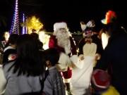 隠岐・知夫でクリスマスイルミ点灯式 一足早くサンタとトナカイも