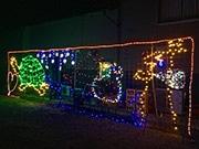 隠岐・海士町「亀田商店」にイルミネーション 島留学の高校生らが飾り付け