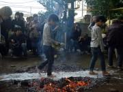 与野の一山神社で無病息災を願うユズ祭り 参拝者もはだしで火渡り