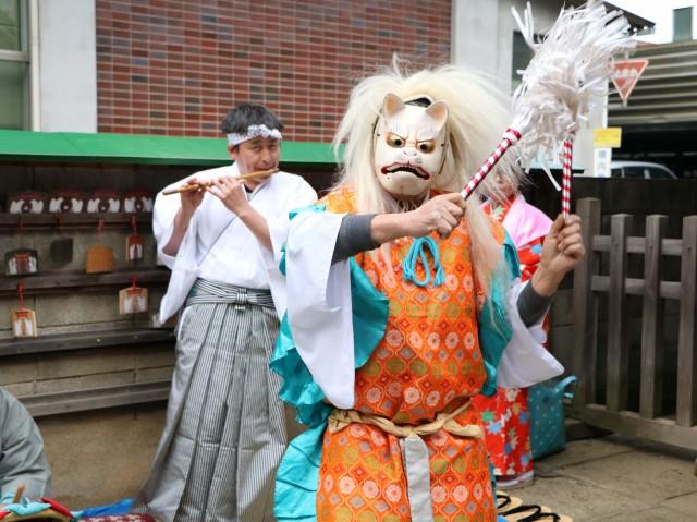 大宮区役所隣の稲荷神社で伝統の「初午祭」 おはやしに合わせ白狐の舞