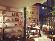 佐賀のカフェに「育てる本棚」 客が持ち寄る本で新たな交流を生む