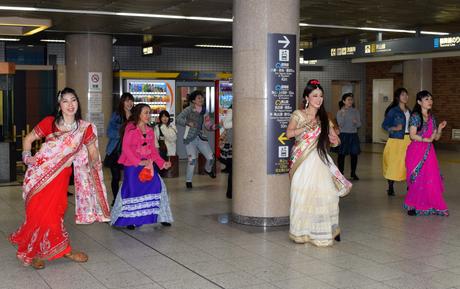 伏見駅構内でインド舞踊のフラッシュモブ パフォーマンスで街ににぎわいを