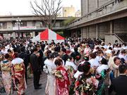 世田谷区「新成人のつどい」に5500人 タレントやウルトラマンも門出を祝福