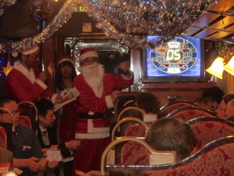 三陸鉄道で「クリスマス列車」運行 サンタ扮する社員がおもてなし
