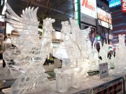 札幌・すすきので「アイスワールド」 ネオンに輝く氷像ズラリ