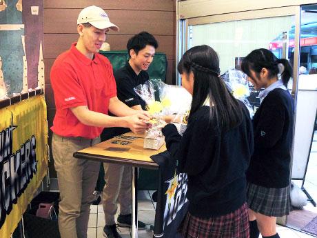 サンロッカーズ渋谷の選手が「逆チョコ」 クリスピー・クリーム・ドーナツでV企画