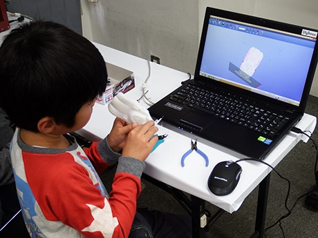 新橋の模型店でオリジナルミニ四駆作り 3Dプリンターを活用