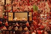 京王プラザホテルで恒例つるし飾り・段飾り 人間国宝による織物も