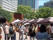 新宿住友ビル三角広場の「マルシェ」、ビル工事計画で一時閉店