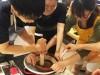 新宿で石臼ミルを使った古代メソアメリカの「チョコレート作り」体験
