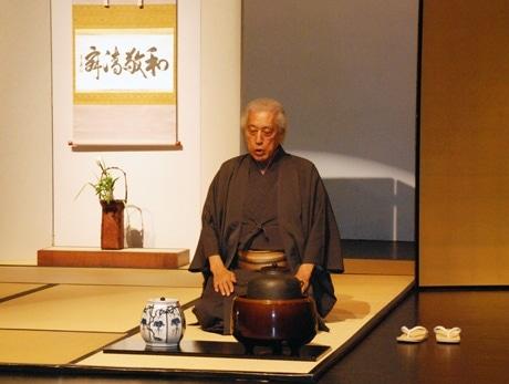 一碗の茶から平和を-裏千家前家元がシンガポール大学で講演