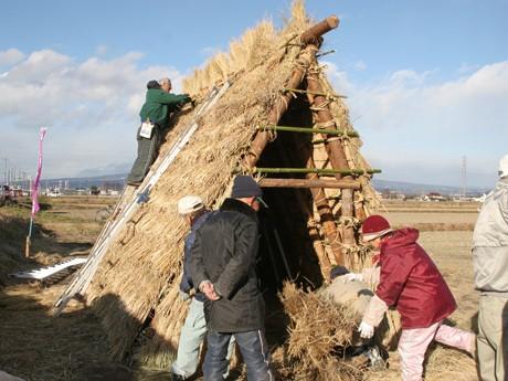 前橋に「竪穴式住居」出現-古代米の稲わらを使い再現 しっかりした骨組みが印象的な「竪穴式住居」。