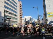 高崎駅前「だるま市」に25万人 関係者も「アメ横」状態と驚く
