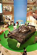 先端が曲った主砲に花が咲く-天神にバルーンの「巨大戦車」出現
