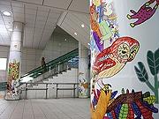 福岡市地下鉄薬院駅に「柱巻きアート」 地元福祉施設が手掛ける