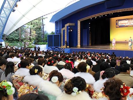 東京ディズニーランドで浦安市成人式 ミッキーらキャラクターも新成人を祝福