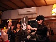 北浜の新春恒例ライブで「紙コラボ」-紙芝居師と切り絵師が共演