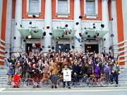英国ファッションと自転車を楽しむ「ツイードラン」、付けひげ姿で116人が走行